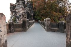Curso superior del puente de Bastei con los árboles y de la formación de roca en humor del otoño fotos de archivo libres de regalías