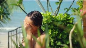 Curso, turismo, férias Jovem mulher bonita no chuveiro exterior Sensual e sedutor tem uma lavagem no movimento lento video estoque