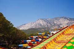 Cursori di Aquapark con la montagna Immagine Stock