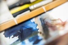 Cursos da aquarela no Livro Branco com escovas e junco fotos de stock royalty free