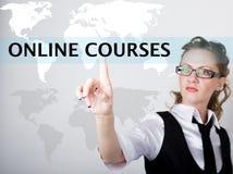 Cursos en línea escritos en barra de la búsqueda en la pantalla virtual Tecnologías de Internet en negocio y hogar Mujer en asunt Foto de archivo libre de regalías