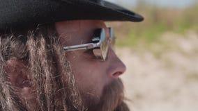 Cursos frescos do indivíduo através do deserto Tiro no mo lento e no movimento vídeos de arquivo