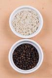 Cursus grijze zout en peperbollen in kleine ramekins op Ti van Saltillo Stock Foto
