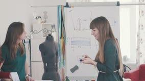 Cursussen van manierontwerpers Groep vrouwen in een naaiende workshop stock footage