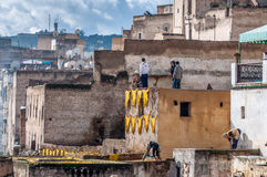 Curtiduría de cuero tradicional en Fes, Marruecos Foto de archivo