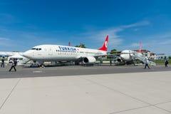 A curto-ao avião de passageiros twinjet de médio alcance Boeing 737-800 do estreito-corpo Fotografia de Stock Royalty Free