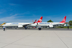 A curto-ao avião de passageiros twinjet de médio alcance Boeing 737-800 do estreito-corpo Imagem de Stock