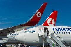 A curto-ao avião de passageiros twinjet de médio alcance Boeing 737-800 do estreito-corpo Fotos de Stock