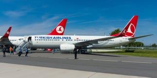 A curto-ao avião de passageiros twinjet de médio alcance Boeing 737-800 do estreito-corpo Imagens de Stock Royalty Free
