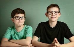 Curto - meninos adolescentes observados em vidros da miopia foto de stock