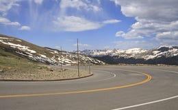 Curva aguda en camino de la montaña Imagen de archivo