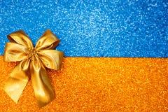 Curva amarela em um fundo efervescente da cor imagem de stock