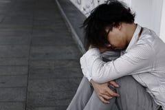 Curva asiática subrayada cansada del hombre de negocios abajo de la cabeza Foto de archivo libre de regalías