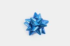 Curva azul do presente no fundo branco Fotografia de Stock Royalty Free