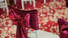 Curva bonita da tela na decoração do casamento da cadeira video estoque
