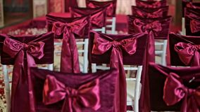Curva bonita da tela na decoração do casamento da cadeira vídeos de arquivo