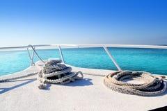 Curva branca do barco no mar do Cararibe tropical fotografia de stock royalty free