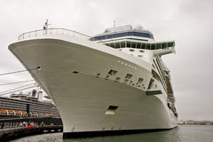 Curva branca do navio de cruzeiros amarrada acima Imagens de Stock Royalty Free