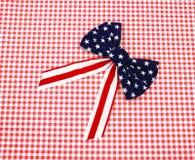 Curva branca e azul vermelha no tabuleiro de damas vermelho Imagens de Stock Royalty Free