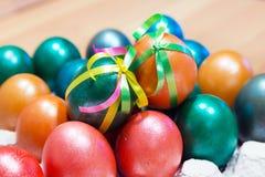 A curva colorida decorou ovos da páscoa Fotos de Stock Royalty Free