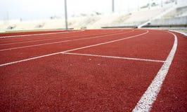 Curva corriente de la pista del estadio del atletismo Foto de archivo libre de regalías
