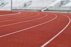 Curva corriente de la pista del estadio del atletismo Fotografía de archivo