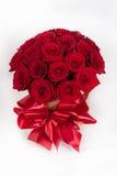 curva da caixa de presente com as rosas coloridas para o feriado Foto de Stock