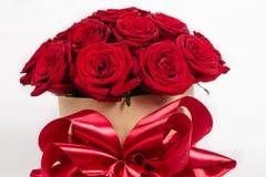 curva da caixa de presente com as rosas coloridas para o feriado Foto de Stock Royalty Free