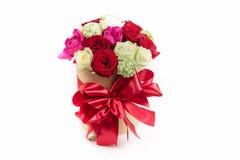 curva da caixa de presente com as rosas coloridas para o feriado Fotografia de Stock