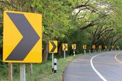 A curva da estrada com luz do reflexo dos sinais de rua Fotos de Stock
