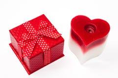 Curva da sagacidade vermelha bonita da caixa de presente e vela vermelhas do coração Foto de Stock Royalty Free
