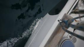 Curva das rupturas brancas do iate das ondas Vista superior filme