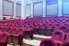 Curva de asientos rojos fotos de archivo libres de regalías