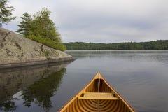 Curva de Cedar Canoe em um lago em Ontário do norte fotos de stock