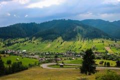 Curva de la horquilla sobre el valle verde foto de archivo