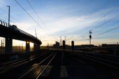 Curva de las pistas de ferrocarril en el crepúsculo Fotos de archivo libres de regalías