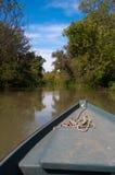 Curva de um barco de pesca pequeno que desliza sobre a água Imagem de Stock