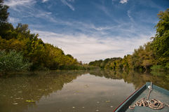 Curva de um barco de pesca pequeno que desliza sobre a água Foto de Stock