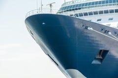 Curva de um grande navio de cruzeiros com espaço da cópia imagem de stock