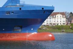 Curva de um navio de recipiente imagem de stock
