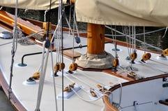A curva de um veleiro de madeira foto de stock royalty free