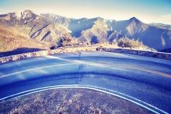 Curva del camino en el parque nacional en la puesta del sol, los E.E.U.U. de Yosemite Fotos de archivo