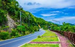 Curva del camino en la colina Fotos de archivo libres de regalías