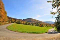 Curva del camino en las montañas en otoño fotos de archivo