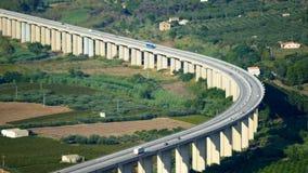 Curva del ponte dell'autostrada della strada principale stock footage