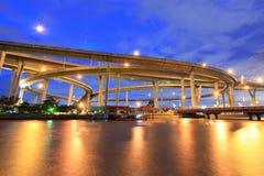 Curva del ponte sospeso alla riva del fiume Fotografia Stock Libera da Diritti