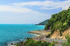 Curva della strada della montagna alla linea costiera del mare Fotografia Stock Libera da Diritti