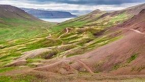 Curva della strada della montagna, l'Islanda Immagine Stock