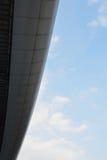 Curva di alluminio del tetto sul fondo del cielo Fotografia Stock