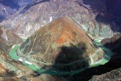 Curva di Omega, la prima curva sul fiume di Yang-c, Deqen, Cina Fotografie Stock Libere da Diritti